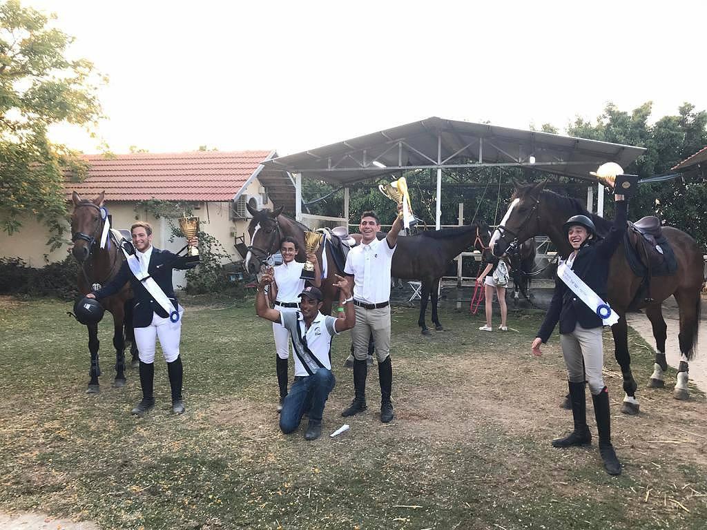 רוכבי החווה האלופים