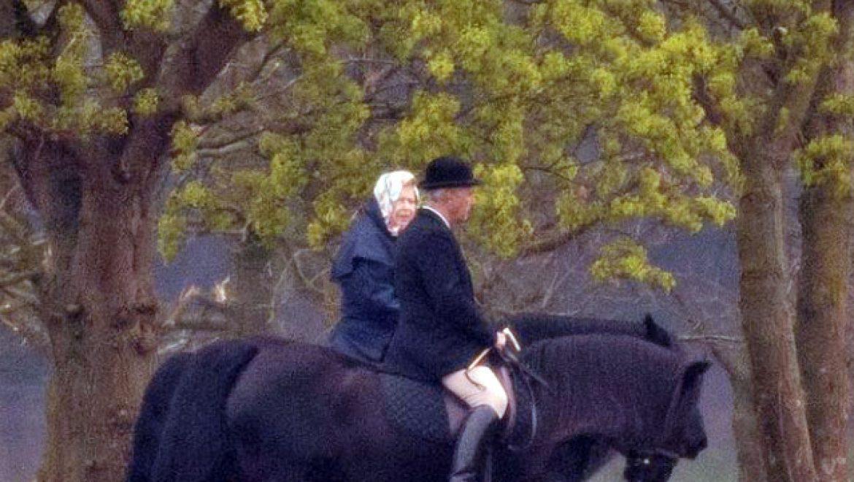 בגיל 93, המלכה אליזבת עדיין רוכבת על סוסים… כמו מלכה!